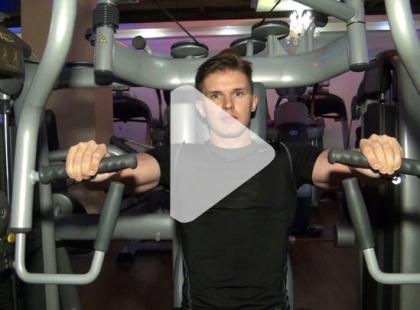 Jak ćwiczyć na maszynie Chest Press? [video]