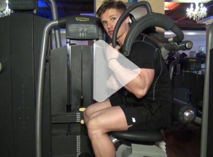 Jak ćwiczyć na maszynie Total Abdominal? [video]