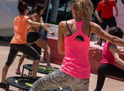 Jak ćwiczyć na trampolinie? Te ćwiczenia pomogą ci schudnąć i wysmuklić całą sylwetkę!