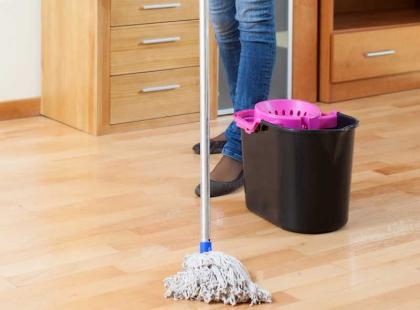 Jak czyścić podłogę? Wskazówki do 6 rodzajów powierzchni
