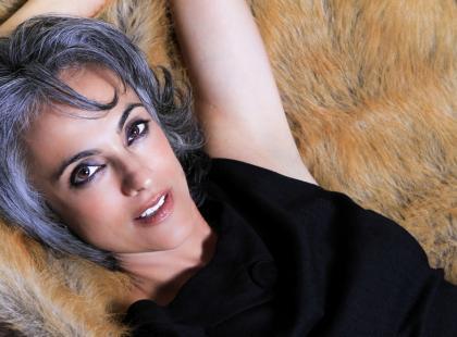 Jak dbać o siwe włosy