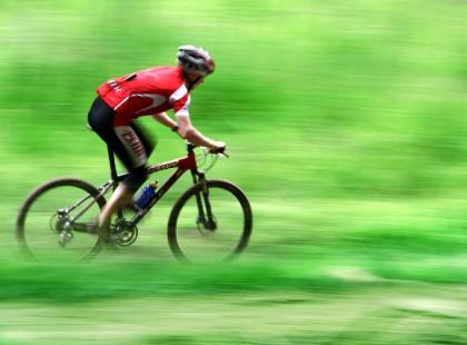 Jak dbać o stawy w trakcie jazdy rowerem?