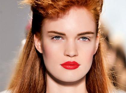 Jak dbać o włosy farbowane w wakacje?