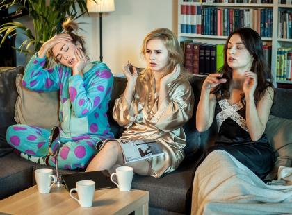 Jak dobrze wyglądać na... kanapie, czyli modne pomysły na wieczór z dziewczynami