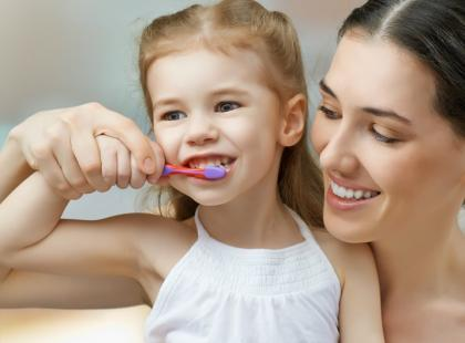 Jak dziecko powinno myć zęby? Poznaj trzy etapy nauki!