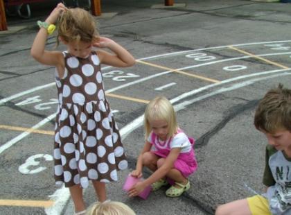 Dzieci na placu zabaw/ Fot.  SXC.HU