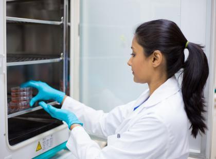 Jak i kiedy powiedzieć bliskim o in vitro?