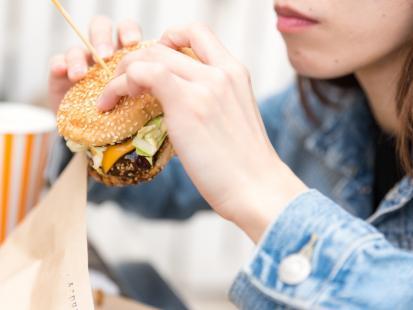Jak jedzenie fast foodów wpływa na płodność kobiet? Ciekawe wyniki badań
