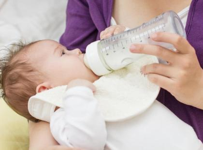 Jak karmić dziecko butelką, by nie dopuścić do wad mowy?