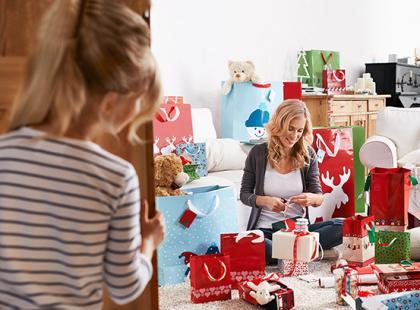Jak ładnie i szybko zapakować prezent gwiazdkowy?
