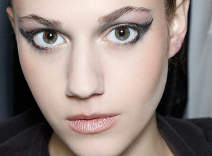 Jak malować się, żeby skorygować kształt oka?