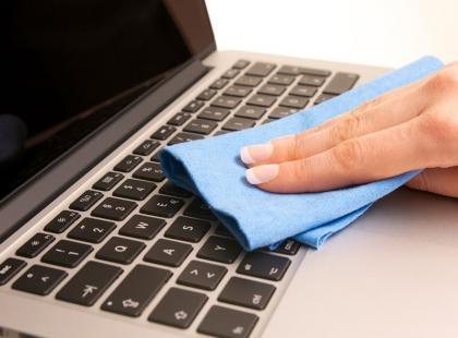 Jak najlepiej czyścić laptopa? 3 proste kroki!
