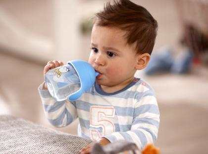 Jak nauczyć dziecko pić z kubka w bezpieczny sposób?