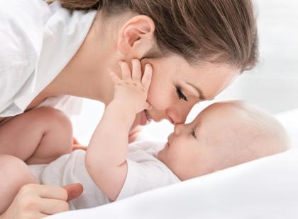 Jak nosić na rękach niemowlaka? Instrukcja krok po kroku