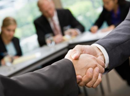 Jak ocenić człowieka po uścisku dłoni?