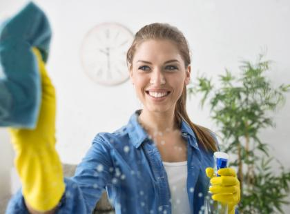Kobieta myjąca szybę