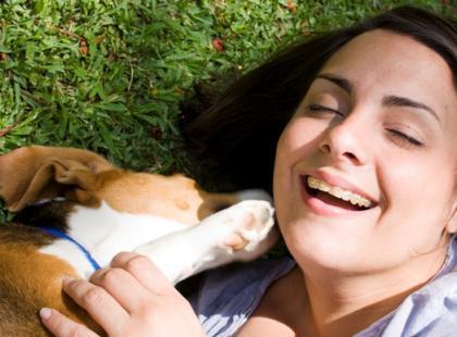 Pies jest naszym towarzyszem, który uwielbia nas za to, że jesteśmy, że się z nim bawimy, że go karmimy, przytulamy, wychodzimy z nim codziennie na długie spacery.
