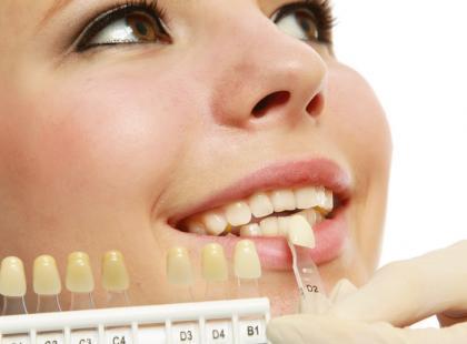 Jak optycznie rozjaśnić zęby? 6 trików!