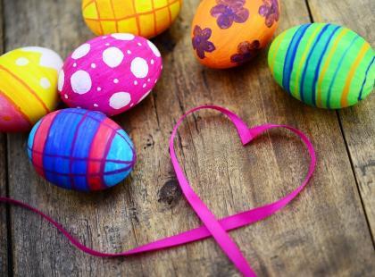 Jak ozdobić jajka styropianowe na Wielkanoc? Garść najłatwiejszych patentów!