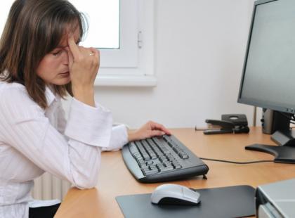 Pracując wiele godzin przed monitorem komputera nasze oczy bardzo się męczą./ fot. Fotolia