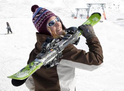 Jak podróżować z nartami samolotem