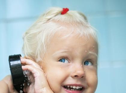 Jak pokonać strach maluszka przed myciem głowy?