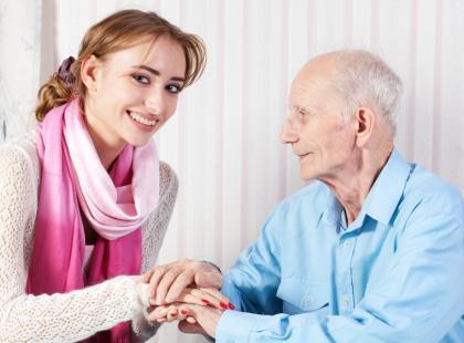 Jak pomagać starszym rodzicom, kiedy chorują?