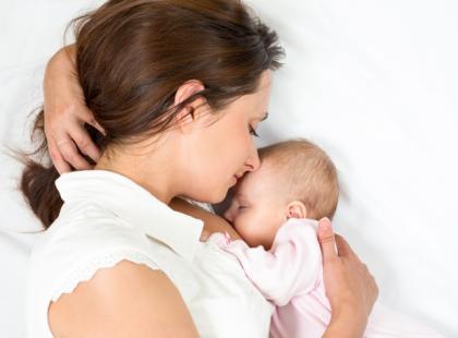 Jak poradzić sobie z ulewaniem pokarmu u niemowląt?
