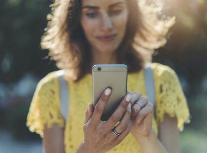 Jak powinnaś reagować na jego telefony i smsy, by oszalał na twoim punkcie? 8 kobiecych trików
