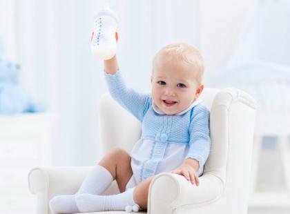Jak powstaje mleko modyfikowane krowie, a jak kozie i które lepiej podawać dziecku?