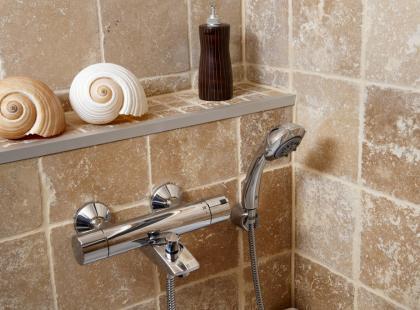 Jak pozbyć się osadu na drzwiach kabiny prysznicowej?