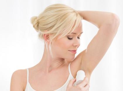 Jak pozbyć się z ubrań plam po antyperspirancie?