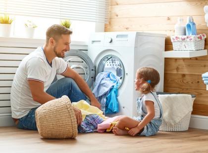 Jak prać tkaniny zaplamione tłuszczem? Dzięki tym sposobom łatwo rozprawisz się z najoporniejszymi zabrudzeniami