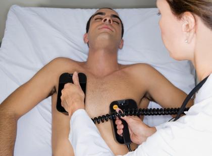 Jak prawidłowo wykonać defibrylację?
