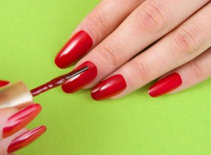 Jak precyzyjnie nałożyć lakier do paznokci?