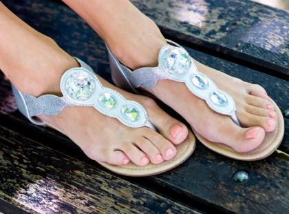 Jak rolować stopy? Poznaj korzyści płynące z tego sportowego masażu!