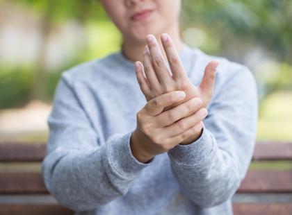 Jak rozpoznać łuszczycę stawową? O jej objawy i leczenie pytamy reumatologa