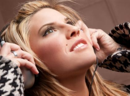 Jak skutecznie zapobiegać elektryzowaniu się włosów?