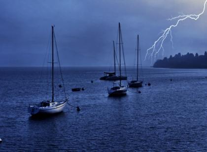 Jak sobie radzić w czasie sztormu na wodzie?