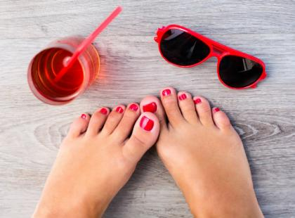Jak sobie radzić z piekącymi stopami w gorące dni?