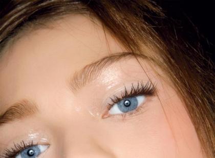 Jak stosować rozświetlające kosmetyki