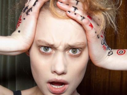 Jak stylizować puszące się włosy