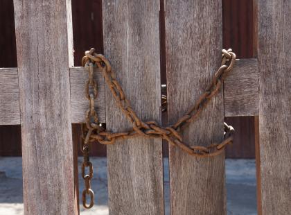 Jak tak można?! Ojciec za karę przykuł łańcuchem do bramy 4-letniego synka