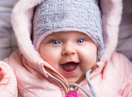 Jak ubierać niemowlaka na zimowy spacer? Zapytaliśmy eksperta!