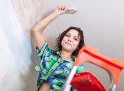 Jak ukryć nierówne połączenie ściany i sufitu?