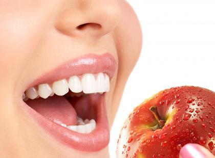 W swojej diecie powinnaś wprowadzić zdrowe zasady: codziennie spożywaj pięć regularnych posiłków, po których za każdym razem powinnaś dobrze umyć zęby, a jeśli to niemożliwe, to użyć gumy do żucia bez cukru / fotolia