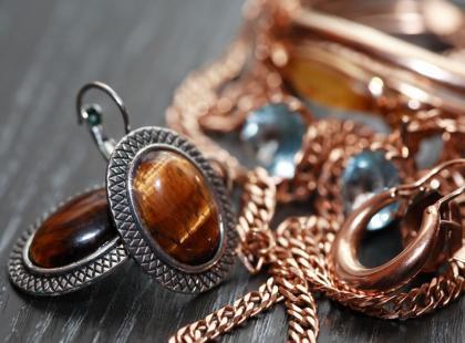 Jak uratować sczerniałą biżuterię?