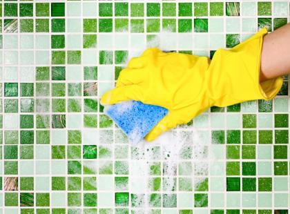 Jak usunąć czarny nalot z fug łazienkowych?