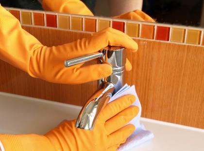Jak usunąć nalot z kamienia w łazience?