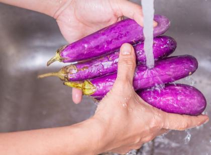 Jak usuwać plamy na dłoniach po obieraniu warzyw?